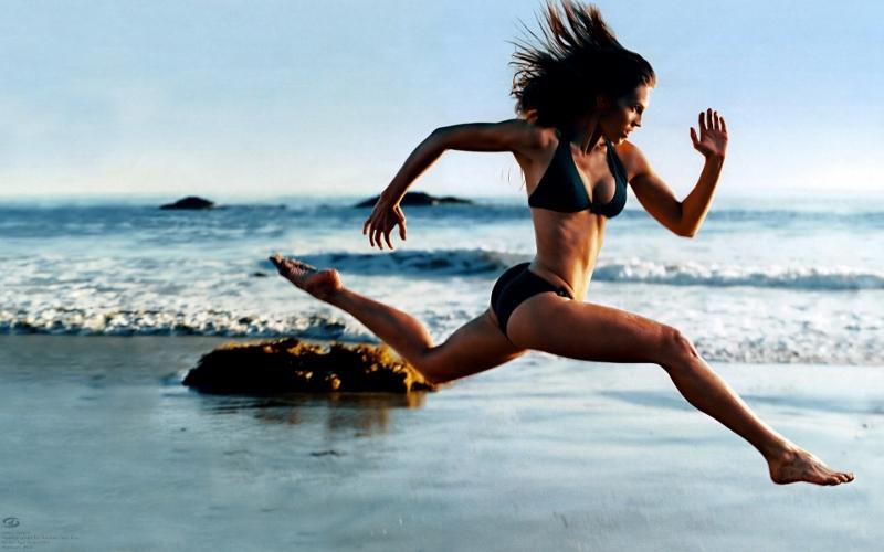 Beach runner woman 800x500